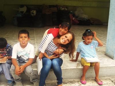 Une volontaire avec des enfants lors de son année sabbatique avec Projects Abroad