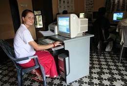 Une volontaire en commerce et marketing travaille sur un ordinateur lors de son stage au Sri Lanka