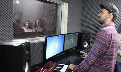 Un volontaire enregistre des vocalises durant un stage en production musicale au Cap, en Afrique du Sud