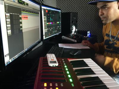 Un stagiaire enregistre et mixe dans un studio sur le stage de production musicale au Cap, en Afrique du Sud.