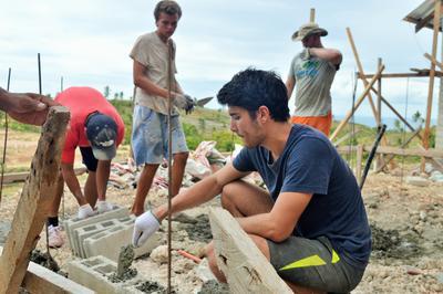 Des volontaires au travail lors d'un chantier international de construction et cours d'anglais en Philippines