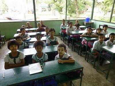 : Des élèves en classe dans une école monastique à Dala au Myanmar