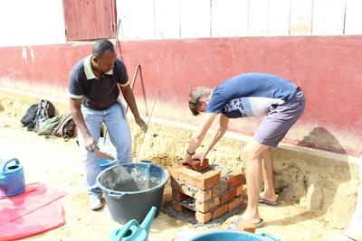 Un volontaire participe au travail communautaire et construit un four à Madagascar