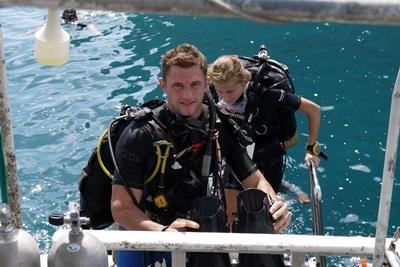 Deux volontaires s'apprêtant à plonger