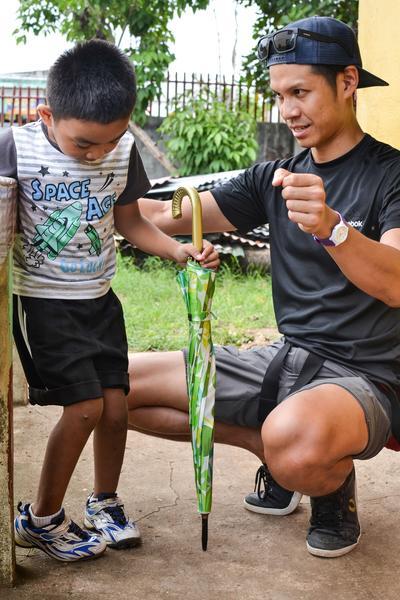 Un volontaire travaille avec un enfant lors de son chantier en kinésithérapie aux Philippines