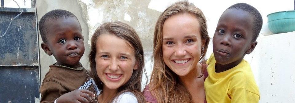 Deux jeunes filles avec des enfants lors de leurs Missions humanitaires pour jeunes à l'étranger