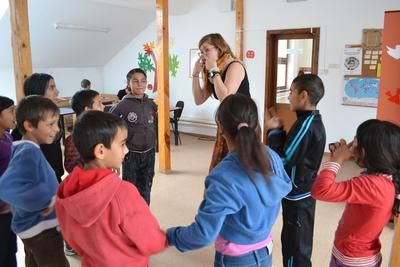 Une volontaire joue avec des enfants lors d'un chantier humanitaire en Roumanie