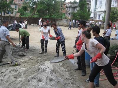 Volontaires travaillant à la reconstruction de bâtiments suite au séisme du Népal