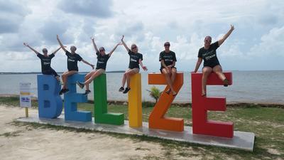 Une groupe de volontaires sur un signe Belize lors de leur temps libre
