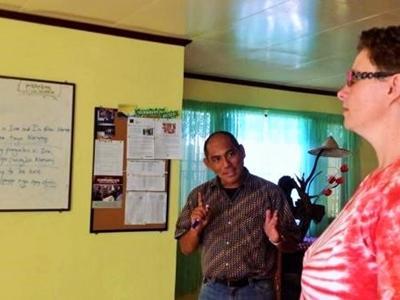 Une volontaire suit des cours d'anglais aux Philippines.