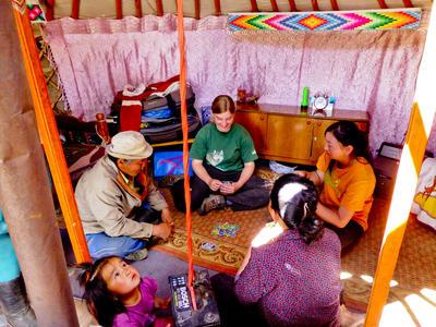 Une volontaire passe du temps avec sa famille d'accueil en Mongolie