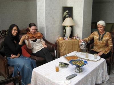 Deux volontaires dans leur famille d'accueil dans le cadre du séjour linguistique