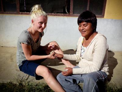 Une volontaire avc une femme bolivienne lors d'une mission en droits de l'Homme en Bolivie