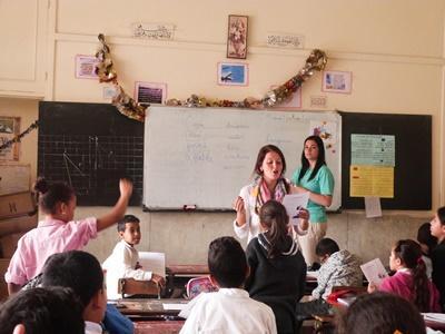 Une volontaire dans une salle de classe donne un cours à de jeunes élèves à Rabat au Maroc