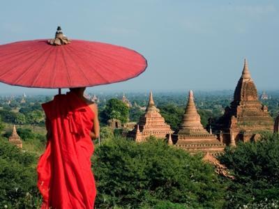 Un moine observe le paysage du Myanmar