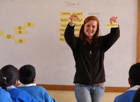 Volontaire devant une classe