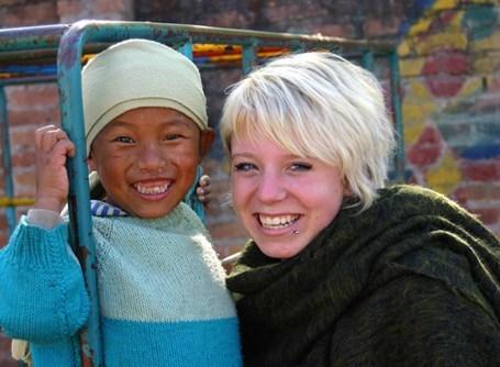 Voloontaire avec un enfant au Népal