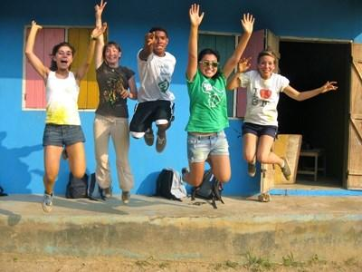 Cinq volontaires sautant