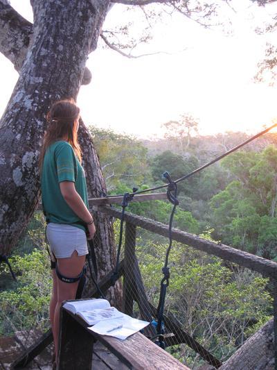 Une volontaire collecte des données sur une plateforme d'observation lors de sa mission en écovolontariat au Pérou.