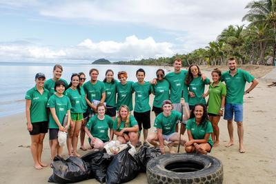 Un groupe de volontaires travaille ensemble lors d'une activité de nettoyage de plage aux Fidji