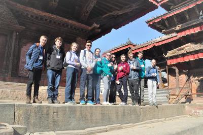 Un groupe de volontaires effectue une visite touristique à Katmandou lors d'un voyage de groupe au Népal avec Projects Abroad