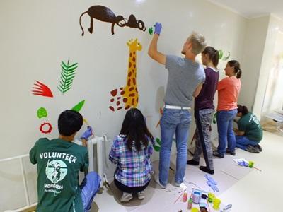 Des volontaires en voyage de groupe en activité peinture en Mongolie en Asie