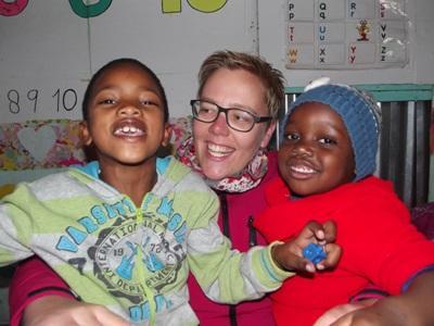 Volontaire avec des enfants dans un centre spécialisé