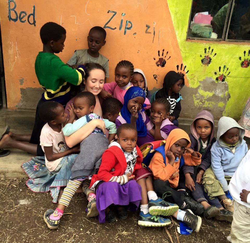 Des volontaires enseignent des compétences de base aux enfants en Tanzanie