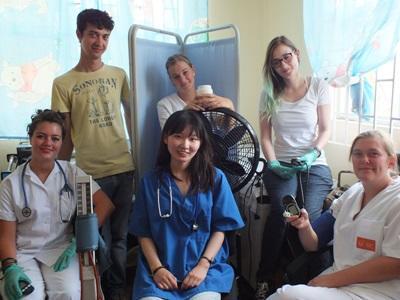 Un groupe de stagiaires de Projects Abroad posent pour un photographe au sein de leur projet en médecine et soins de la santé en Jamaïque