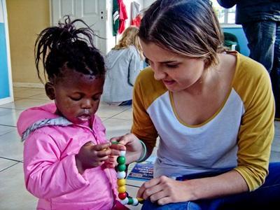 Une petite fille sud africaine joue avec notre volontaire