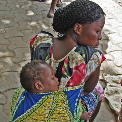Femme et bébé togolais à Lomé