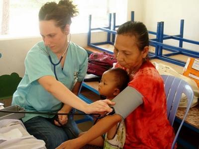 Une volontaire effectue une consultation au Cambodge