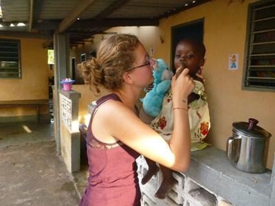 Stagiaire en soins dentaires au Togo