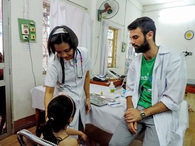 Un volontaire et un médecin local lors d'une consultation à Hanoi au Vietnam