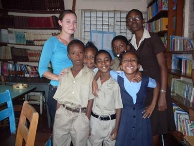 Volontaire qui œuvre auprès d'enfants au sein d'une école