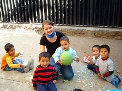 Volontaire jouant avec des enfants au Belize