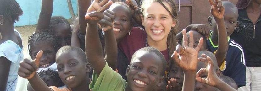 Un volontaire avec un enfant dans le cadre d'une mission humanitaire au Sénégal