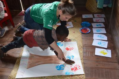Une volontaire en mission humanitaire dans un centre d'accueil à Madagascar