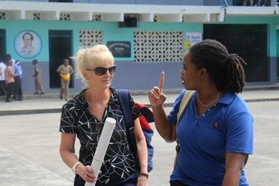 Un volontaire et un membre du personnel de Projects Abroad en Jamaïque visitent une école pour y tenir un atelier portant sur le VIH/SIDA