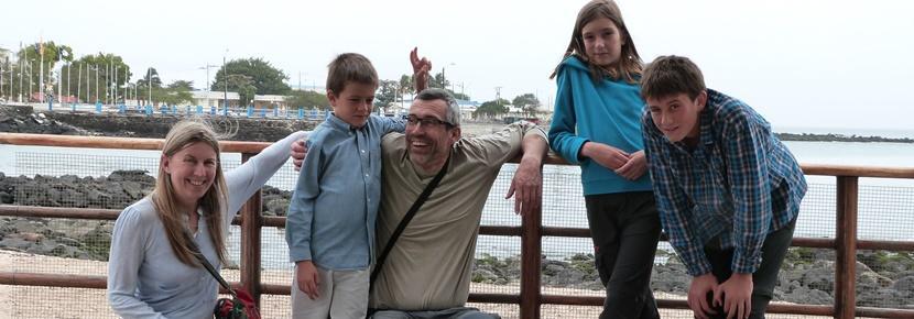 Famille participant à un voyage humanitaire en famille