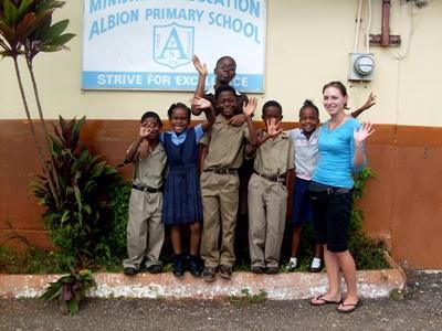 Une volontaire professionnelle en mission de travailleur social avec une classe d'enfants en Jamaïque