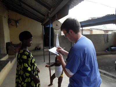 Volontaire professionnelle pesant un bébé