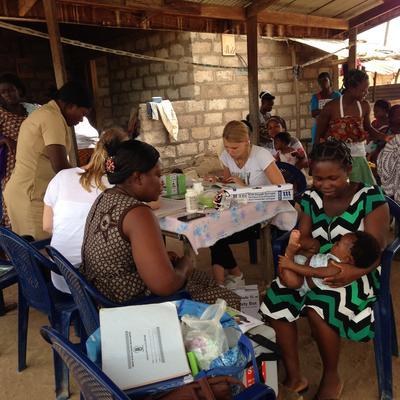 Des volontaires participent à une campagne de sensibilisation lors de leur mission en pharmacie au Ghana
