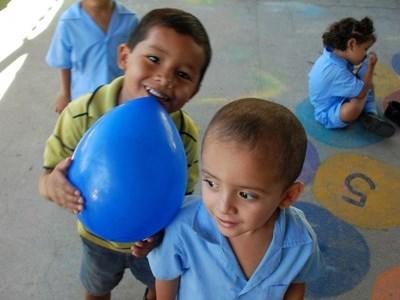 Enfants en bleus dans un centre au Costa Rica