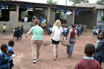 Les bénévoles apportent leur aide lors de travaux de rénovation dans une école au Ghana.