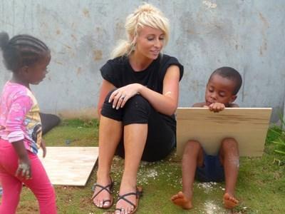 Volontaire avec enfants en Jamaique