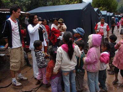 Des volontaires sensibilisent des enfants lors d'une campagne de sensibilisation en santé publique au Pérou