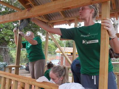 Des volontaires travaillent le bois lors d'une mission en construction à Pâques en Jamaïque