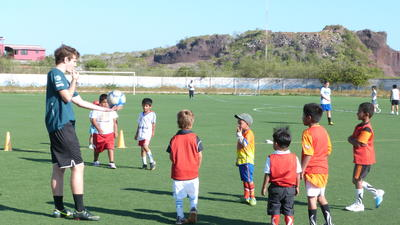 Un volontaire encadre un entrainement de football avec des élèves lors de sa mission d'encadrement sportif au Belize.