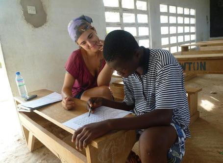 Une volontaire participe à une missions enseignement